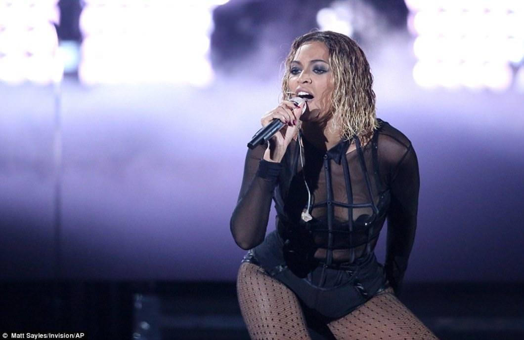 Beyonce показала своё тело на выступлении GRAMMY 2014