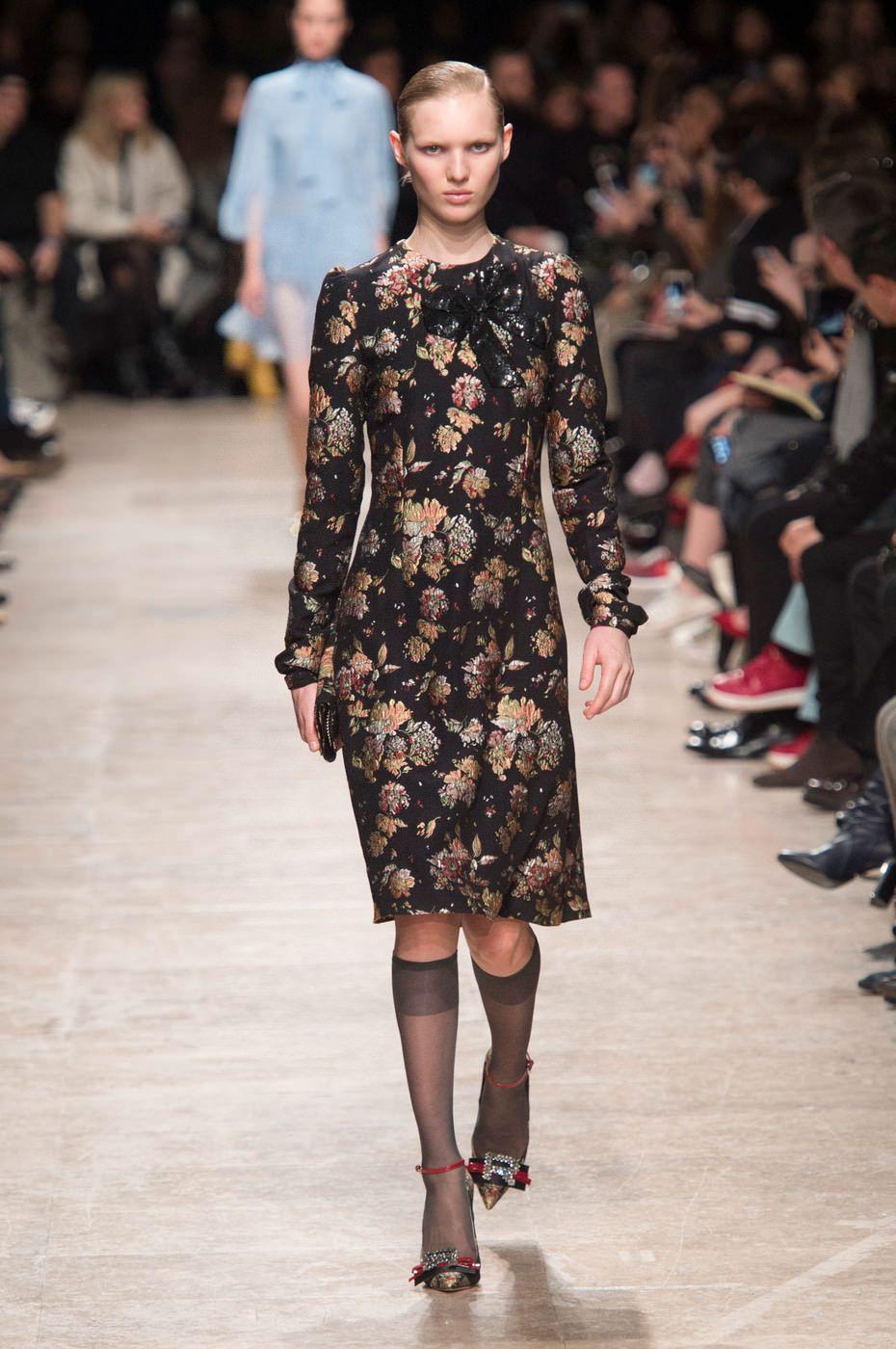 b8e29b7ad47 Одна из самых главных тенденций сезона – комбинированные модные платья.  Новинки с подиумов демонстрируют удачные комбинации материалов