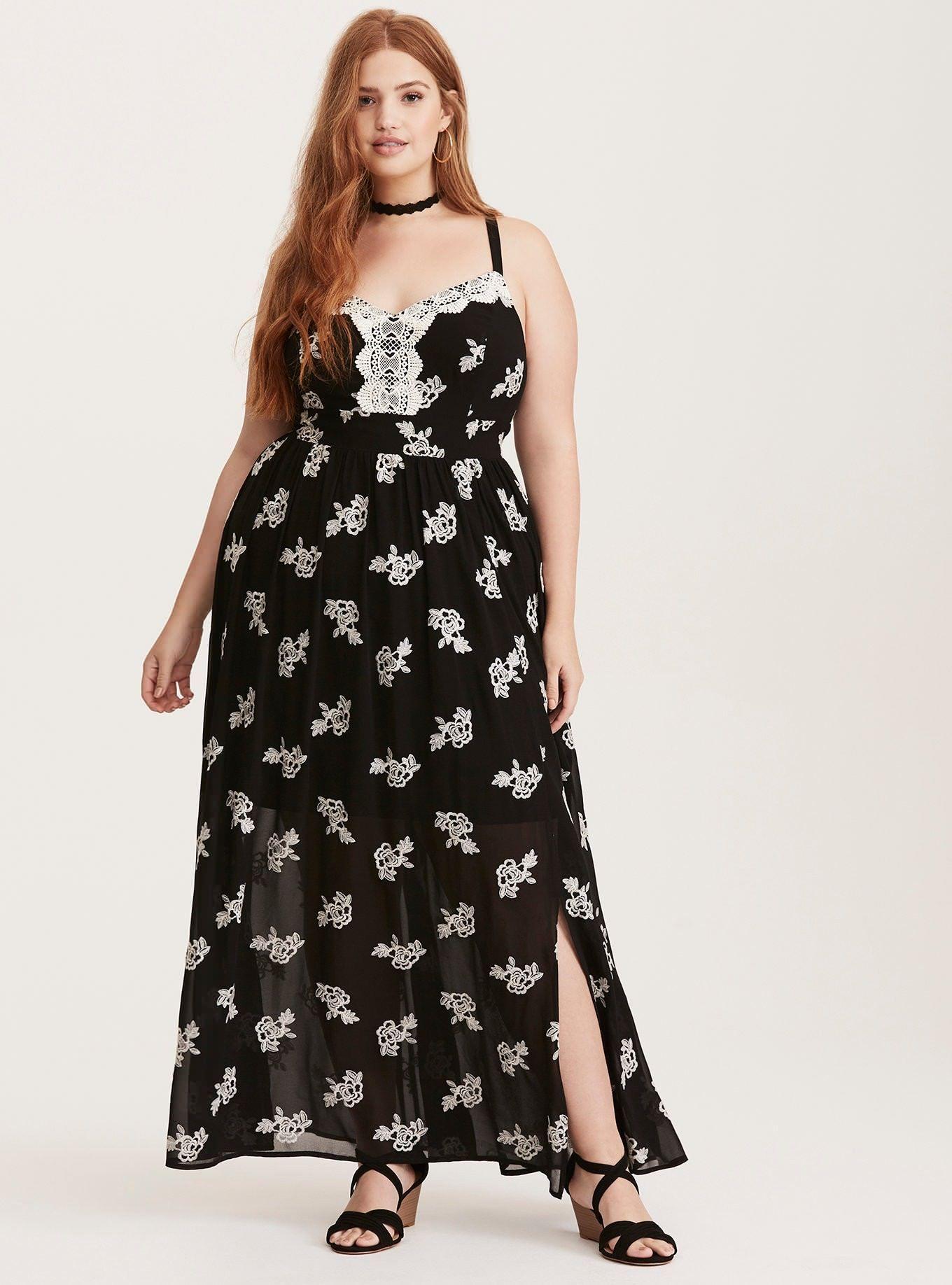6ede46585d4b3b3 Длинные платья для полных женщин могут быть очень разными – прямыми,  расклешенными или даже многослойными. В выборе цветов тоже ограничений нет,  ...