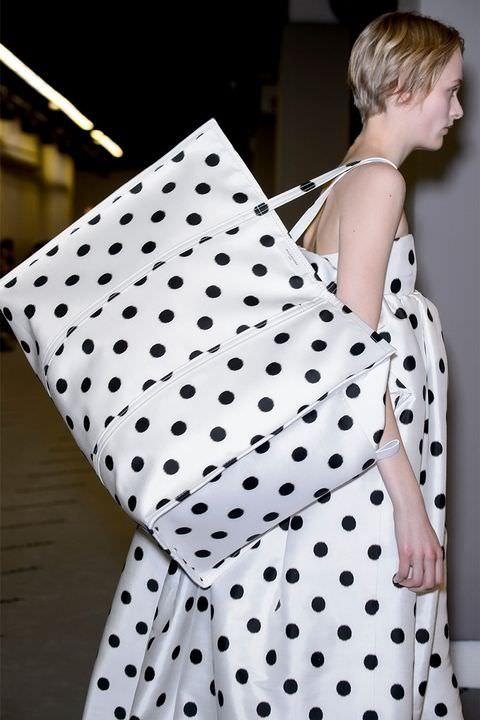 hbz-fw2017-trends-handbags-graphic-balenciaga-clp-rf17-1577